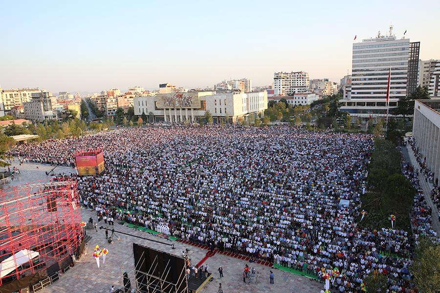 Mijëra besimtarë myslimanë kanë falur namazin e Fitër Bajramit në ...