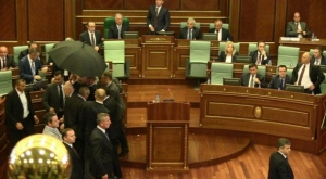 Opozicija gađala premijera Mustafu jajima (VIDEO)