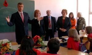 Hashim Thaçi nastavnicima duži 5 miliona eura