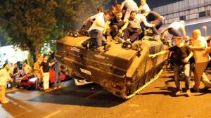 Türk Milleti Tankların Karşısında Kahramanca Duran Bir Millettir