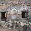 Arap mimarisi görünümünde, tek katlı caminin kubbesi ilk şeklini muhafaza etmiş olsa da caminin içinde