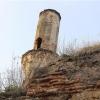 Tarihi caminin bir zamanlar var olan ancak günümüzde tarım arazileriyle kaplı avlusunun giriş tarafında ise bir kısmı yer üstüne çıkarılmış temel şeklindeki sütunlar mevcut. (Foto 1 nga 6 foto).